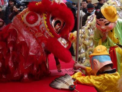 大阪中華學校舞獅隊 表演揮毫寫下羊年大吉