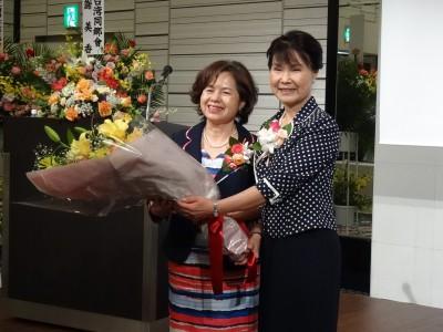 婦女會會長俞秀霞獻花表達感謝之意